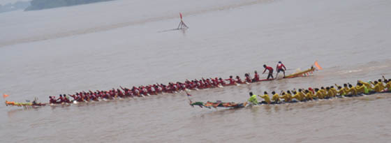 Boat racing in Vientiane - 2 dragon boat racing down the river