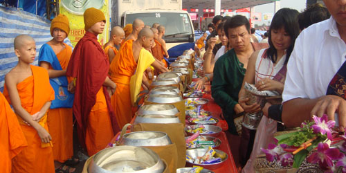 That Luang Festival - Arm offering